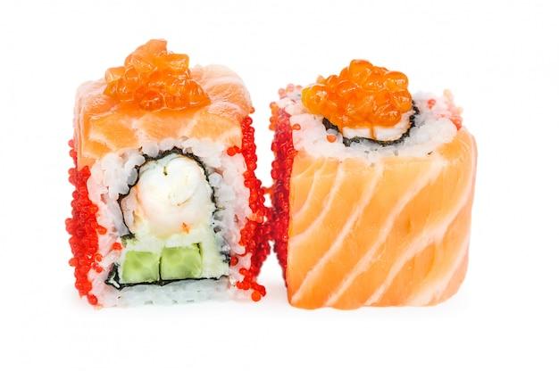 Uramaki maki sushi, twee rollen geïsoleerd op wit Premium Foto