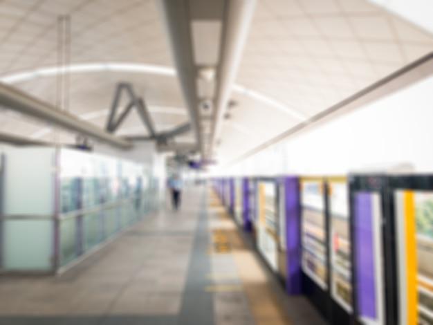 Vaag beeld van het platform van de hemeltrein in de stad in Premium Foto