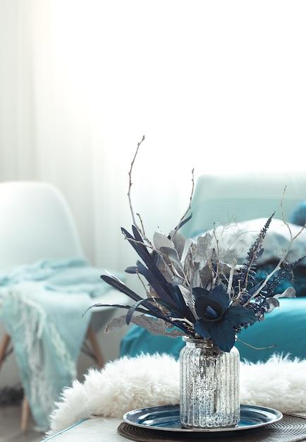 Vaas met kunstbloemen in de woonkamer Gratis Foto