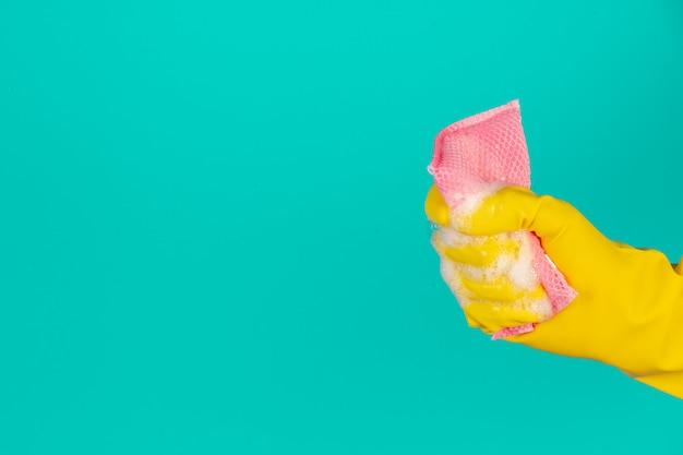 Vaatwasser draagt gele handschoenen op een blauw. Gratis Foto