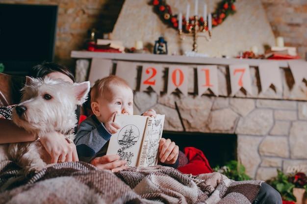 Vader die een boek dat uw baby is op zoek naar en ontroerend Gratis Foto
