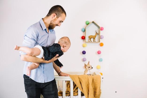 Vader die hond toont aan baby Gratis Foto