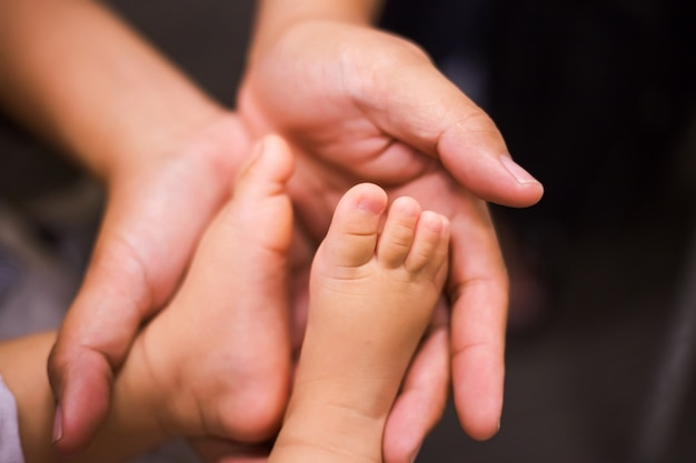 Vader die zijn kind vasthoudt Premium Foto