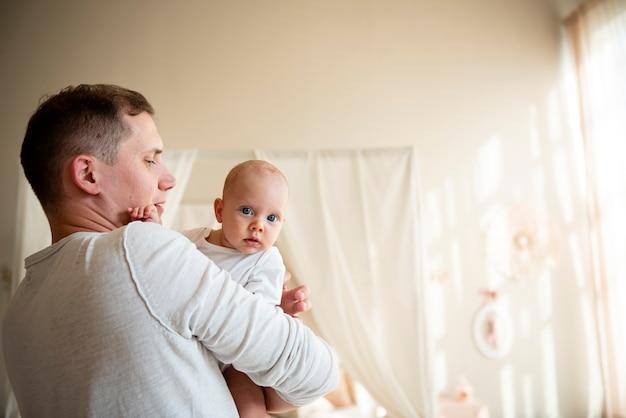 Vader en baby medium schot Gratis Foto