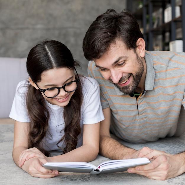 Vader en dochter lezen Gratis Foto