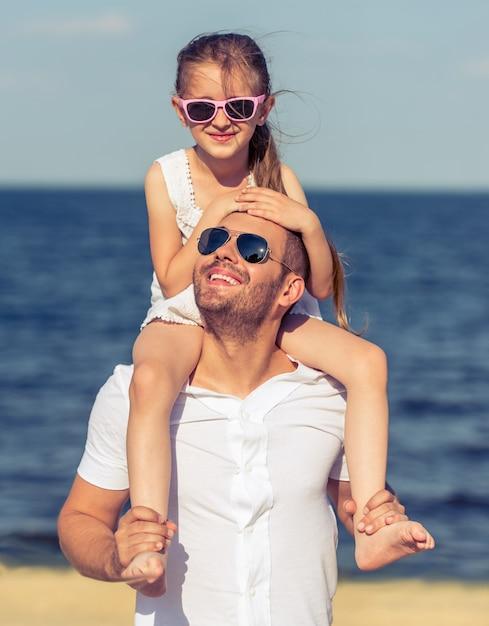 Vader en dochter op het strand samen. Premium Foto