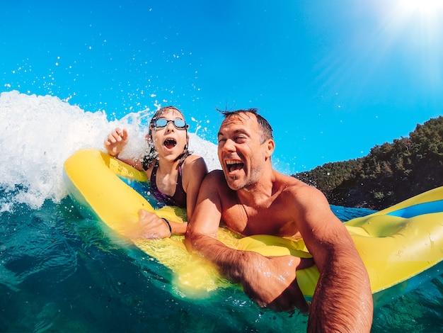 Vader en dochter plezier in de zee Premium Foto