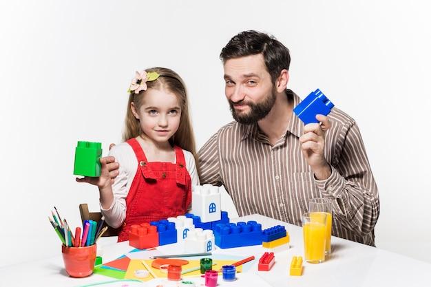 Vader en dochter samen spelen van educatieve spelletjes Gratis Foto