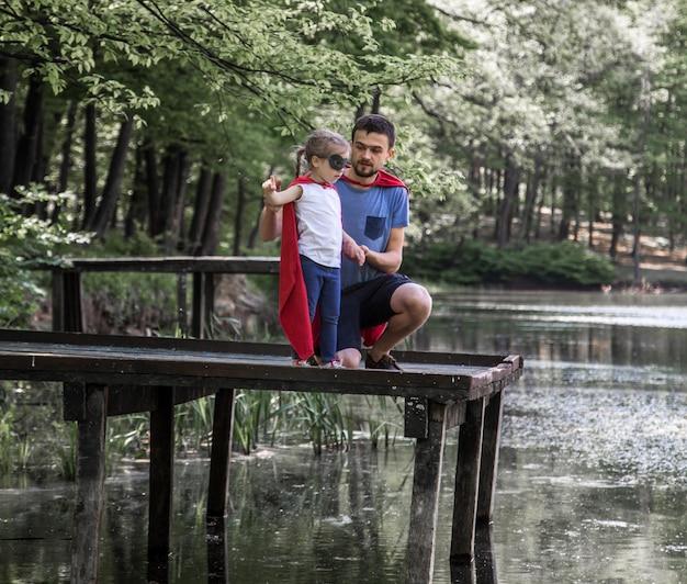 Vader en dochter spelen een superheld Gratis Foto