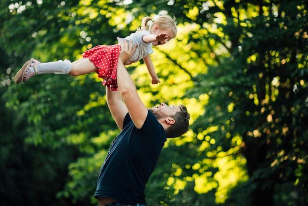 Vader en dochter spelen in het park Gratis Foto