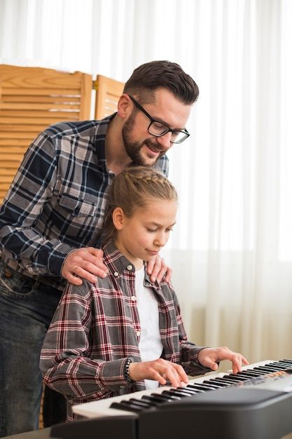Vader en dochter spelen op de piano Gratis Foto