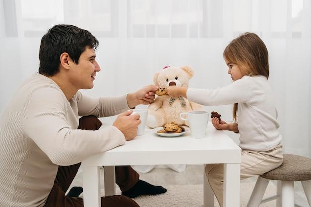Vader en dochter spelen thuis samen Gratis Foto