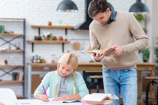 Vader en dochter studeren in de keuken Gratis Foto