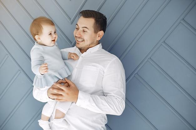 Vader en dochtertje hebben plezier thuis Gratis Foto