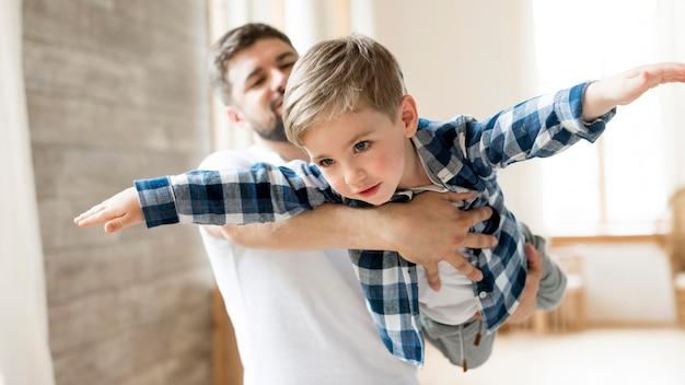 Vader en kind spelen in het huis Gratis Foto