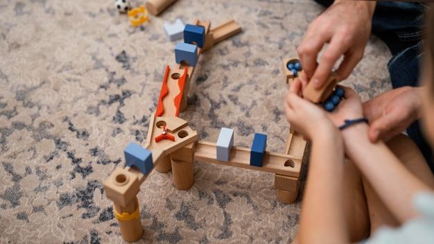 Vader en kind spelen met speelgoed hoge mening Gratis Foto