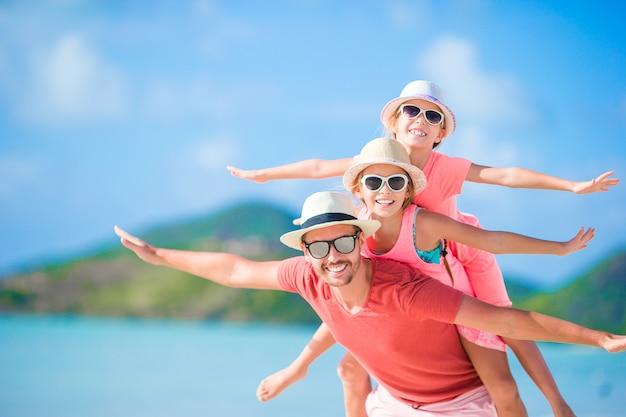 Vader en kinderen genieten van de tropische vakantie van de strandzomer Premium Foto