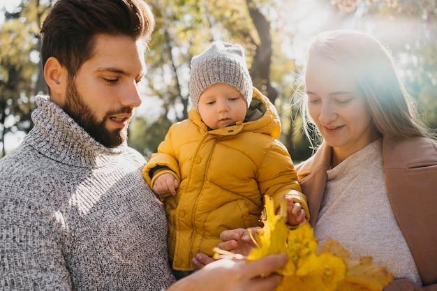 Vader en moeder met baby buiten Gratis Foto