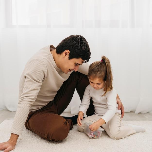Vader en zijn dochter brengen samen tijd door Gratis Foto