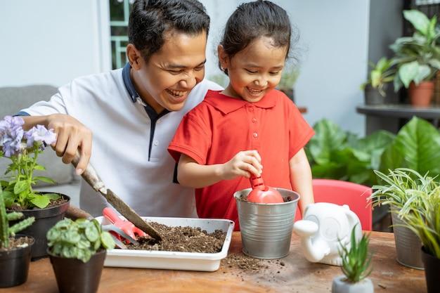 Vader en zijn dochters planten potplanten Premium Foto