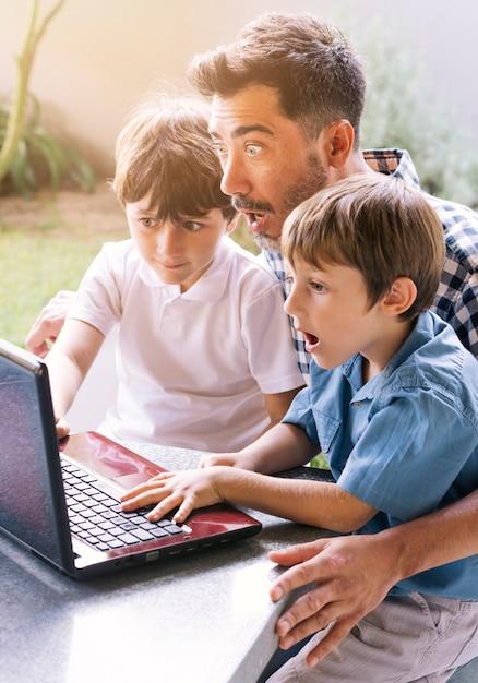 Vader en zonen gelukkig op vadersdag Gratis Foto