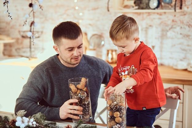 Vader en zoon brengen samen tijd door Gratis Foto