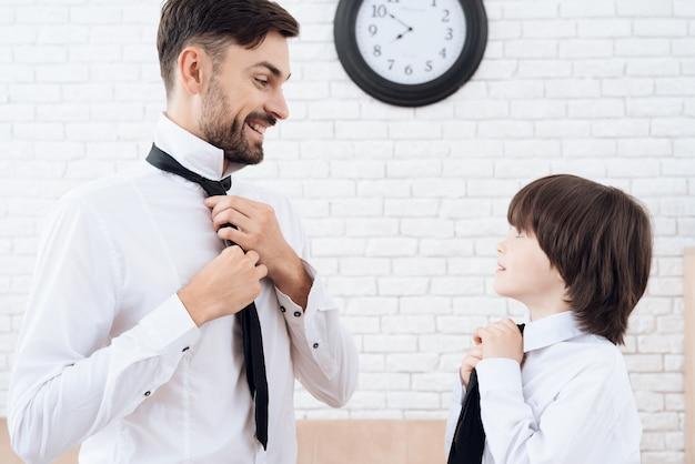 Vader en zoon brengen samen tijd door. Premium Foto
