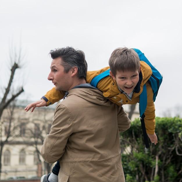 Vader en zoon buiten spelen Gratis Foto