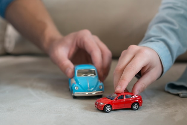 Vader en zoon handen en speelgoed Premium Foto