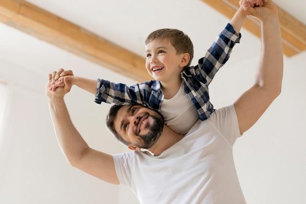 Vader en zoon hebben een goede tijd Premium Foto