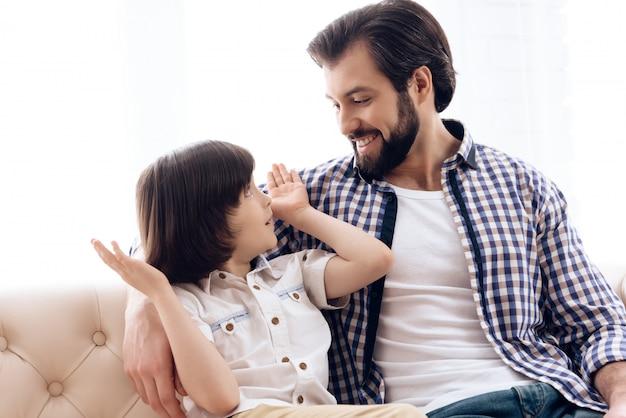 Vader en zoon hebben thuis veel plezier samen. Premium Foto