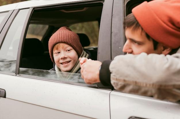 Vader en zoon in de auto tijdens een roadtrip Premium Foto