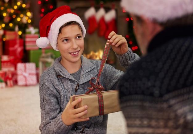 Vader en zoon in de omgeving van kerstsfeer Gratis Foto