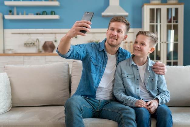 Vader en zoon nemen een selfie Gratis Foto