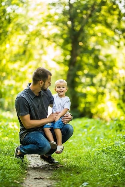 Vader en zoon plezier in zomer park Premium Foto