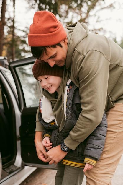 Vader en zoon samen buitenshuis op een roadtrip Premium Foto