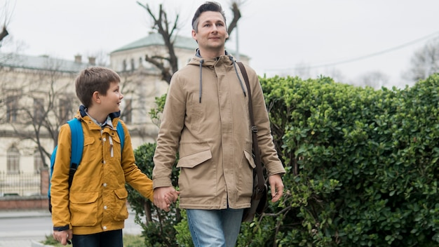 Vader en zoon samen wandelen buiten Gratis Foto