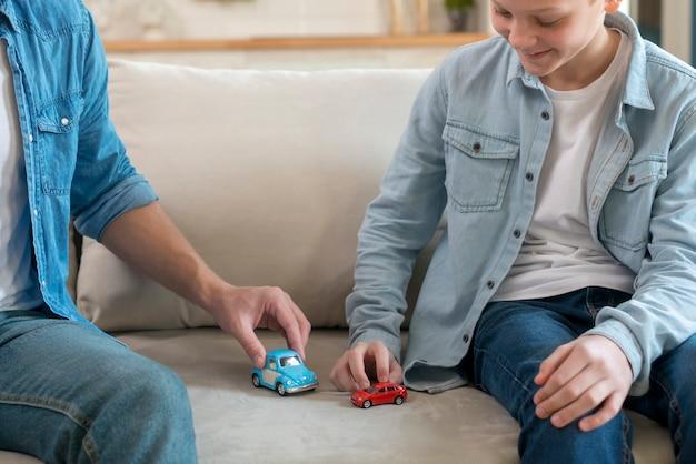 Vader en zoon spelen in de woonkamer Gratis Foto