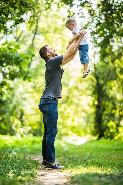 Vader en zoon spelen in het park Premium Foto