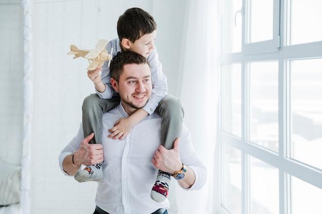 Vader en zoon spelen samen op vaders dag Gratis Foto