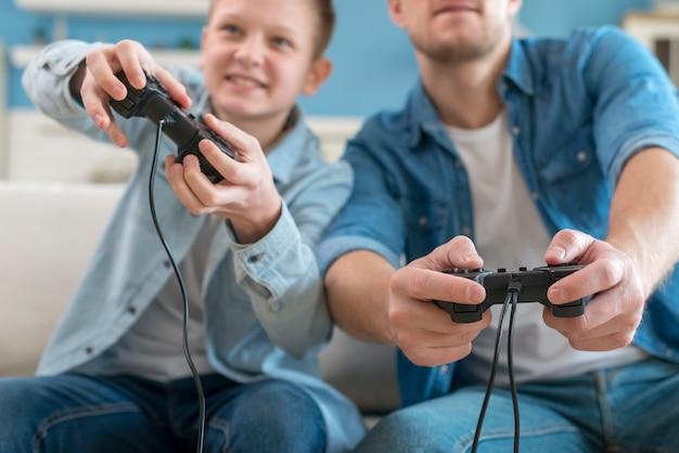 Vader en zoon spelen van videospellen Premium Foto