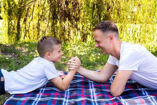 Vader en zoon tijd samen doorbrengen Gratis Foto