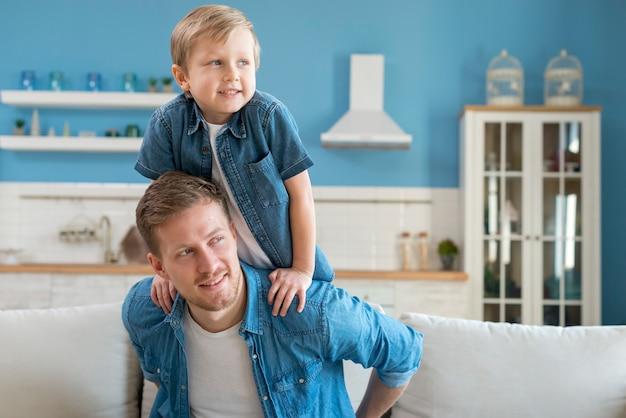 Vader en zoon wegkijken Gratis Foto