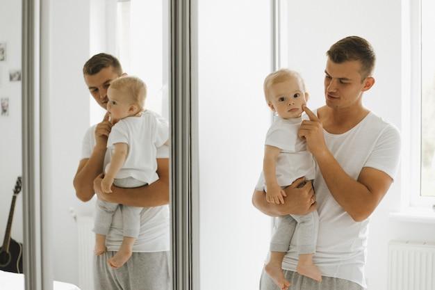 Vader geniet van de wangen van zijn zoontje Gratis Foto