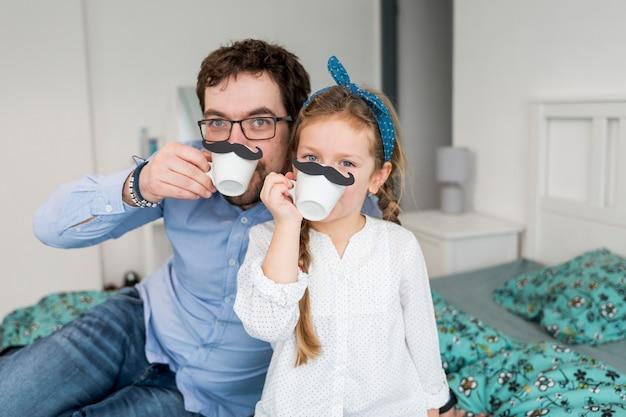 Vader het vieren vadersdag met zijn dochter Gratis Foto