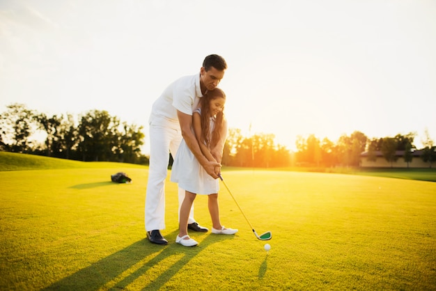 Vader leert kind neem stootgolf familiehobby. Premium Foto