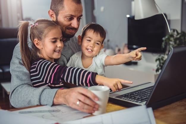 Vader met dochter en zoon op schoot Premium Foto