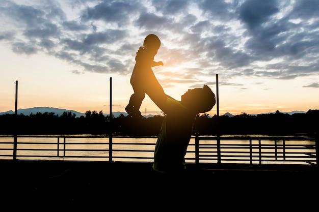 Vader met plezier gooit in de lucht kind, familie, reizen, vakantie Premium Foto