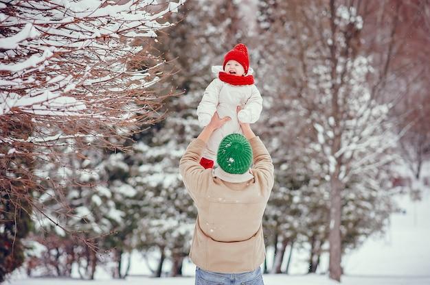 Vader met schattige dochter in een winter park Gratis Foto