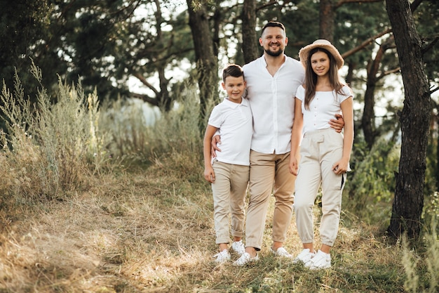 Vader met zijn zoon en dochter in park Gratis Foto